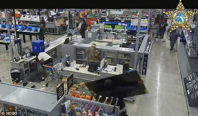 Đa số cướp thiết bị điện tử, bao gồm cả TV màn hình lớn. Ảnh: HSCO