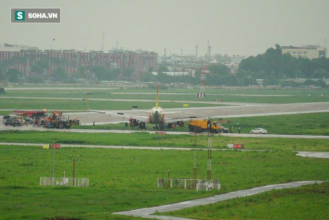 Máy bay VJ322 hãng Vietjet từ Phú Quốc, Kiên Giang đáp xuống sân bay Tân Sơn Nhất trong cơn mưa lớn đã trượt khỏi đường băng, trưa 14/6.