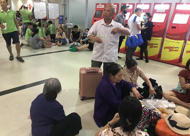Trong khi đó, nhiều gia đình phải mua bánh mì, cơm hộp ăn tạm ngay trong nhà ga sân nhằm chóng đói sau hơn 4 tiếng đồng hồ chờ đợi tại sân bay.