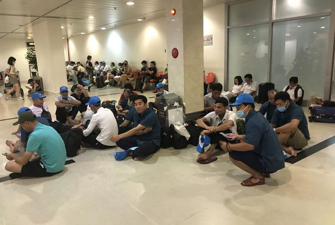 Sự việc khiến hàng trăm hành khách bị lùi chuyến buộc phải ngồi chờ tại nhà ga Tân Sơn Nhất.