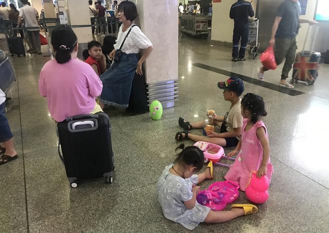Trẻ nhỏ chơi ở sân bay trong lúc 'mắc kẹt'