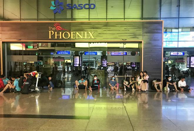 Trao đổi với PV, một nhân viên hàng không cho biết, một số chuyến bay trong chiều nay từ TP.HCM đi các tỉnh đã bị huỷ, hành khách sẽ được sắp xếp vào các chuyến ngày kế tiếp.