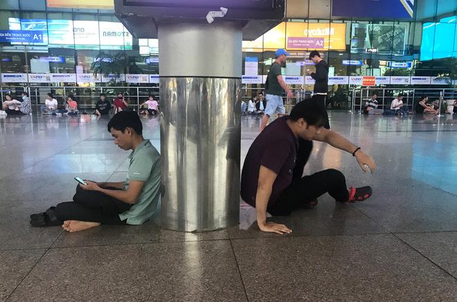 Tại sảnh nhà ga, từ người già, trẻ em, thanh niên đều mệt mỏi, ngồi chờ la liệt nhiều giờ.