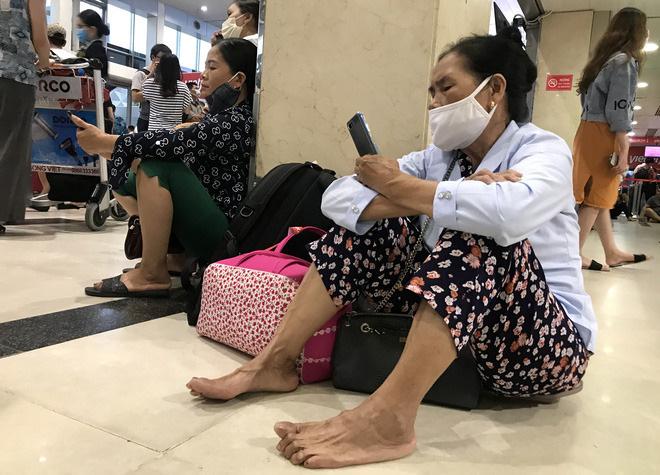 Bà Nguyễn Thị Hường (quê ở Đà Nẵng) cho biết, sau khi chuyến bay lúc 12h trưa bị huỷ, bà phải ngồi chờ tại sân bay suốt 5 tiếng đồng hồ để chờ chuyến bay tiếp theo.