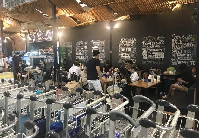 Một số quán cafe bên trong nhà ga Tân Sơn Nhất trở thành nơi dừng chân của hành khách.