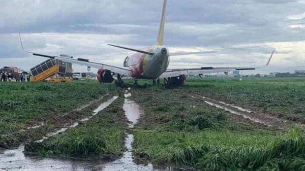 Hình ảnh hiện trường máy bay Vietjet hạ cánh lệch đường băng Tân Sơn Nhất.