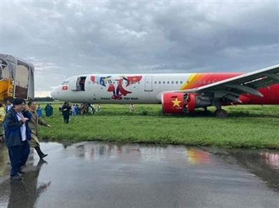 Hai phi công bị tịch thu bằng lái sau sự cố máy bay Vietjet hạ cánh trượt khỏi đường băng.