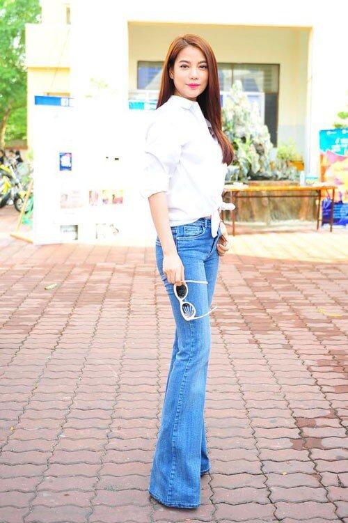 Combo áo sơ-mi trắng, quần jeans xanh của Trương Ngọc Ánh hẳn sẽ đơn điệu lắm, nhưng chỉ với việc cột vạt áo, mọi chuyện đã hoàn toàn thay đổi.