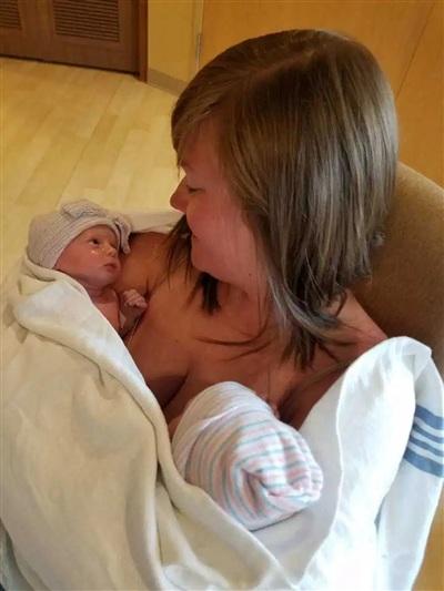 Hai đứa trẻ chào đời hoàn toàn khỏe mạnh.