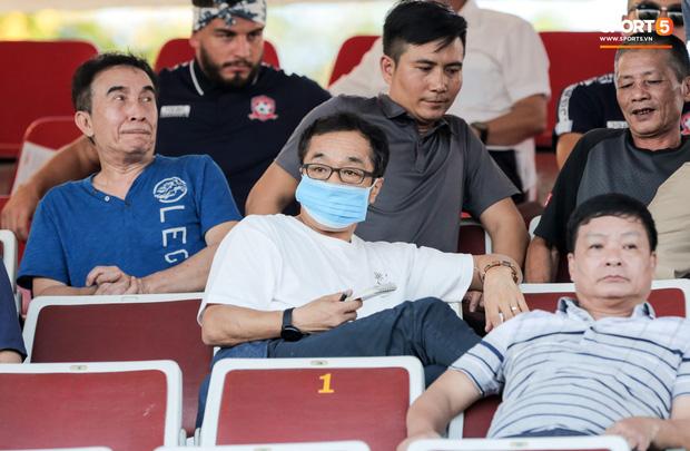 Trợ lý Lee Young-jin là người dự khán trận đấu này. Trước đó, HLV Park Hang-seo cũng được theo dõi Hai Long thi đấu ở trận Than Quảng Ninh gặp Viettel tại vòng 4 diễn ra tuần trước.
