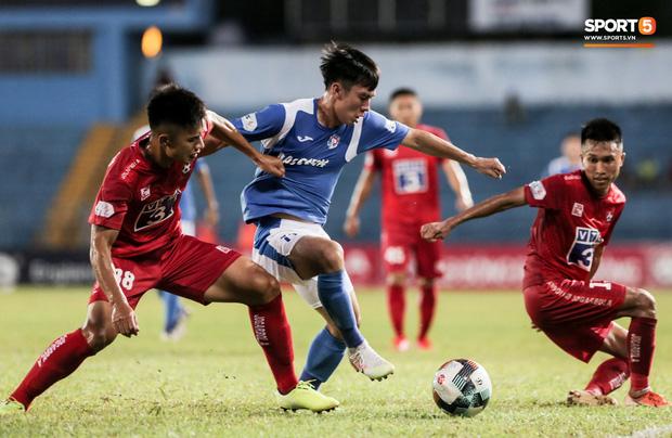 HLV Phan Thanh Hùng đưa ra quyết định táo bạo khi thay cả hai cầu thủ ngoại, tung vào sân hai cầu thủ nội là Hùng Cường (áo xanh) và Giang Trần Quách Tân.