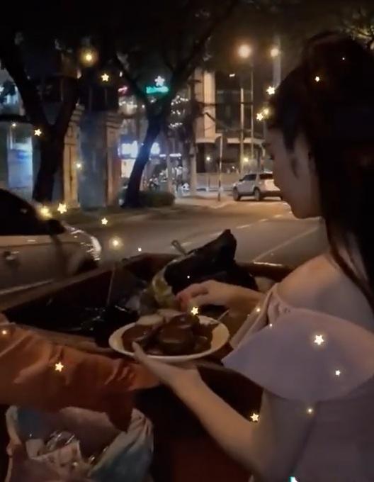 Hòa Minzy bị góp ý nên chú ý đến vấn đềvệ sinh hơn khi đưa đồ ăn cho người khác.