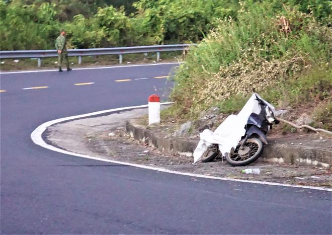 Chiếc xe máy Sự vứt bỏ lại trên đèo Hải Vân (Đà Nẵng).