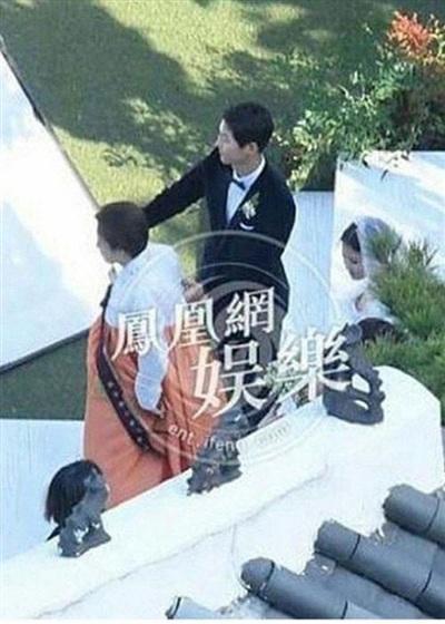 Hình ảnh hiếm hoi của mẹ ruột Song Hye Kyo (trang phục truyền thống màu cam) trong đám cưới con gái.