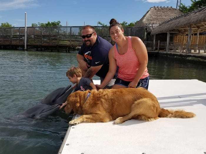 Marie Blanton cùng chồng Tyler, con trai Lucas và Gunner đến thăm đàn cá heo