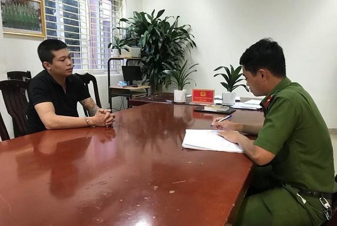 Nghi phạm cướp tiệm vàng Nguyễn Khắc Hải tại cơ quan công an sau khi bị bắt - Ảnh: ANTĐ