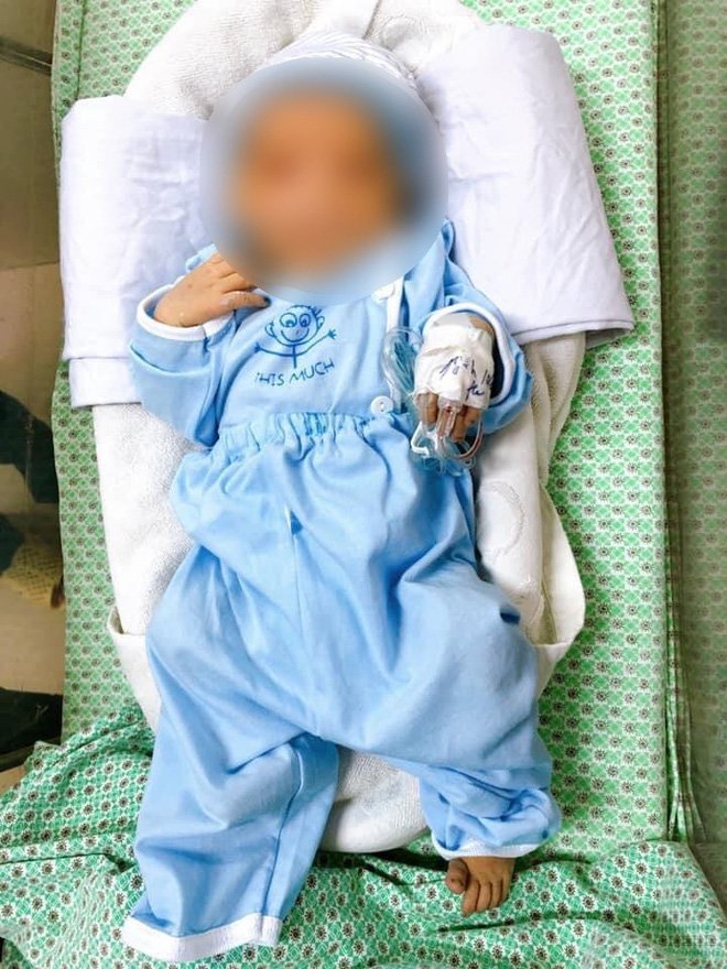 Cháu bé bị mẹ bỏ rơi dưới hố gas đã tử vong dù được các bác sĩ tận tình cứu chữa.