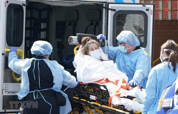 Chuyển bệnh nhân mắc COVID-19 tới bệnh viện ở Brooklyn, New York, Mỹ. (Ảnh: AFP/TTXVN)
