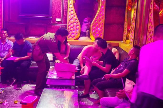Khi cán bộ Công an ập vào, phát hiện 68 đối tượng tại quán karaoke Phương Linh đang bay lắc điên cuồng cùng nhạc mạnh.