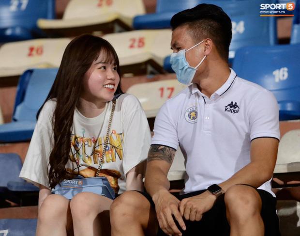 Nụ cười của Huỳnh Anh cho thấy, cô vẫn ổn khi ở bên Quang Hải. Ảnh: Sport5.