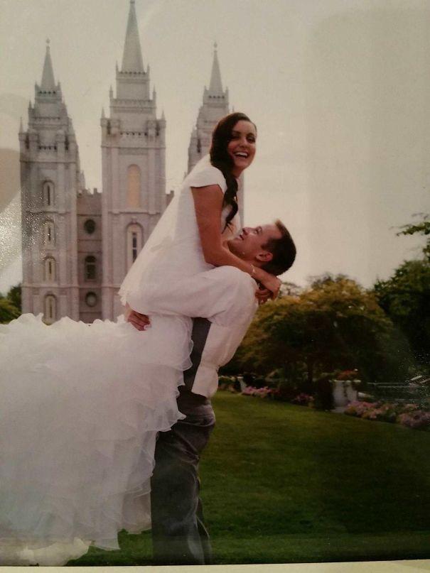 8. Thế quái nào mà lần nào xem lại tấm ảnh này tôi cũng thấy cô dâu như đang ngồi lên cổ, chân vắt ra đằng sau lưng của chú rể cơ? Có ai giống tôi không?