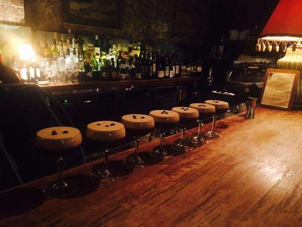 7. Mấy cái ly Espresso Martini xếp trên bàn này khiến ai cũng tưởng là những chiếc ghế ở quầy bar.