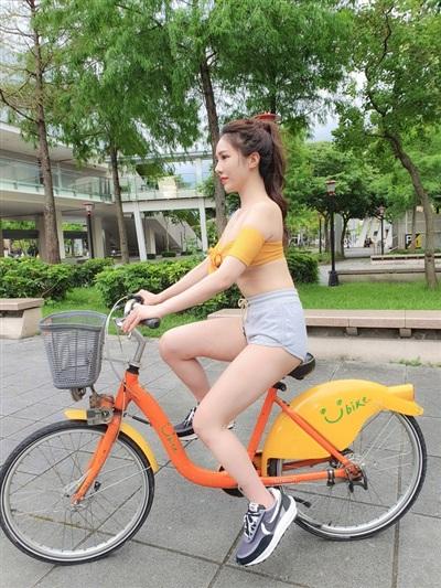 Tuy nhiên, chiều cao của yên xe có vẻ hơi thấp so với đôi chân dài của cô nàng