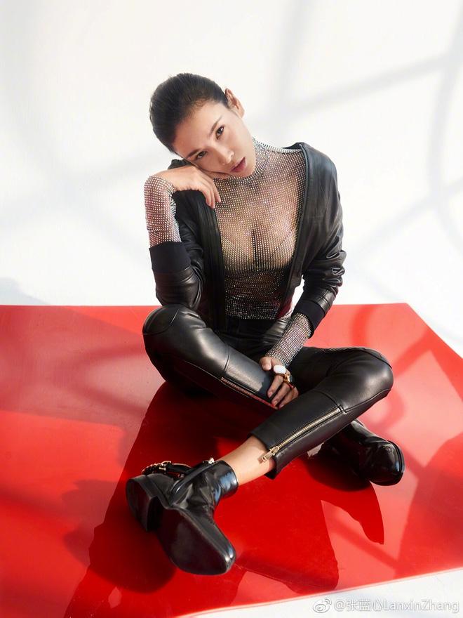 Năm 2012, cô xuất hiện trong bộ phim hành động đầu tay tên CZ12. Vai diễn giúp cô giành giải nữ diễn viên mới xuất sắc nhất tại Giải thưởng Huading lần thứ 9 và được đề cử trong Liên hoan phim Sinh viên Đại học Bắc Kinh, Giải thưởng Điện ảnh Hồng Kông lần thứ 32.