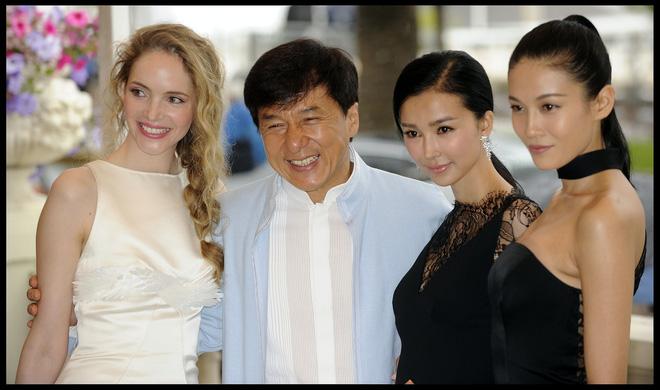 Ngoài 2 tên tuổi lớn, bộ phim gây chú ý khi có sự góp mặt của nữ diễn viên Trương Lam Tâm - mỹ nhân giỏi võ trong '12 con giáp' của Thành Long (ngoài cùng bên phải).