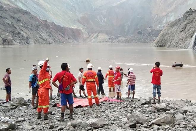 Vào khoảng 6h30 sáng 2/7 giờ địa phương, thảm họa lở đất chết người đã xảy ra tại mỏ ngọc ở thị trấn Hpakant của Myanmar giáp biên giới Trung Quốc. Theo người dân địa phương, khoảng 200 người đã bị chôn vùi. Ảnh: AFP