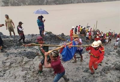 Ngoài 113 người tử vong trong vụ sạt lở, có thêm khoảng 100 người khác mất tích khi khối bùn thải ở mỏ ngọc bích đổ sập xuống hố mở gây ngập lụt trong mỏ, theo New York Times. Ảnh: Sở cứu hỏa Myanmar.