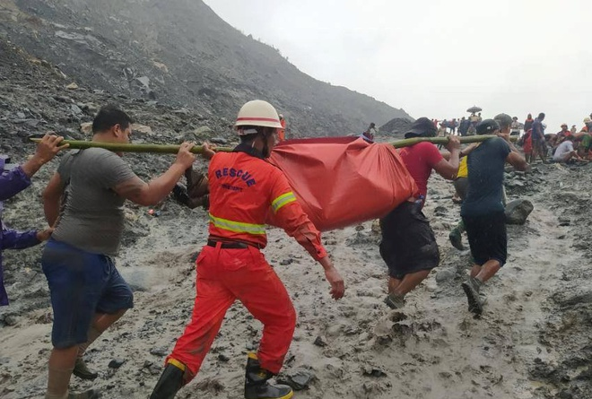 'Bây giờ chúng tôi đã tìm thấy hơn 100 thi thể', ông Tar Lin Maung, một quan chức của bộ thông tin ở địa phương nói với Reuters qua điện thoại. 'Các thi thể khác vẫn còn trong bùn. Số người chết dự kiến còn tăng lên'. Ảnh: Sở cứu hỏa Myanmar.
