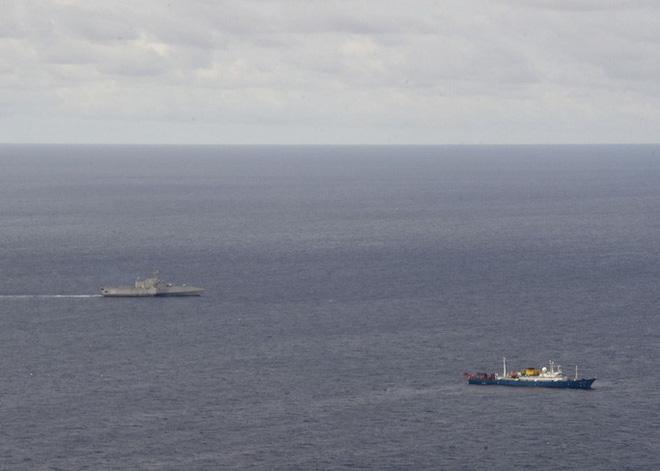Tàu USS Gabrielle Giffords (trái) hoạt động gần tàu khảo sát địa chất Hải dương 4 ở biển Đông hôm 1-7. Ảnh: Hải quân Mỹ