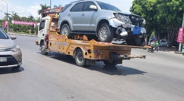 Chiếc xe được cẩu đi khỏi hiện trường để phục vụ công tác điều tra nguyên nhân.