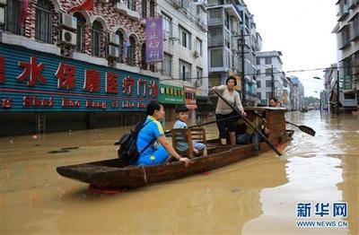 Mưa lũ khiến đường biến thành sông ở Quảng Tây. Ảnh: Tân Hoa Xã