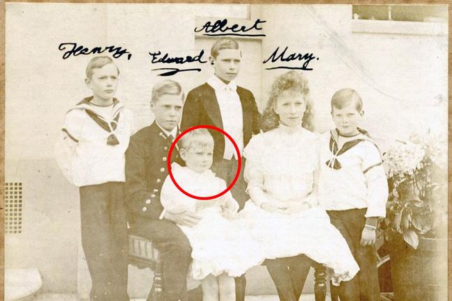 Bức ảnh hiếm hoi về Hoàng tử John bên cạnh các anh chị của mình.