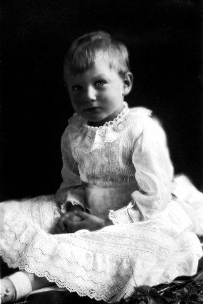 Trước năm 4 tuổi, Hoàng tử John vẫn là một đứa trẻ bình thường.