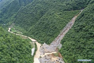 Lực lượng cứu hộ nạo vét đất đá tại một con kênh ở huyện Kiềm Giang, Trùng Khánh ngày 02/07. Ảnh: Tân Hoa Xã