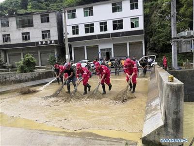 Quét dọn một cây cầu ở Kiềm Giang, Trùng Khánh. Ảnh: Tân Hoa Xã.
