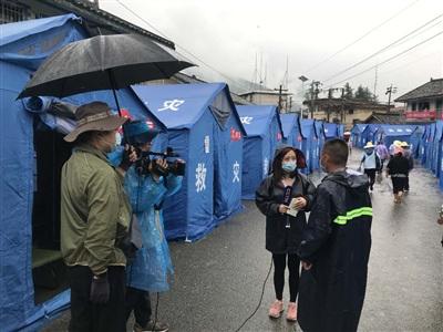Người dân khu di tản ở Tứ Xuyên được kiểm tra thân nhiệt đều đặn 3 lần/ngày, phòng trừ nguy cơ dịch bệnh Covid-19. Ảnh: CGTN
