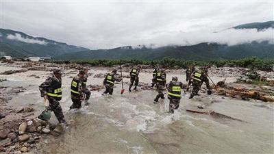Quân đội tìm kiếm người mất tích ở Tứ Xuyên. Ảnh: CGTN