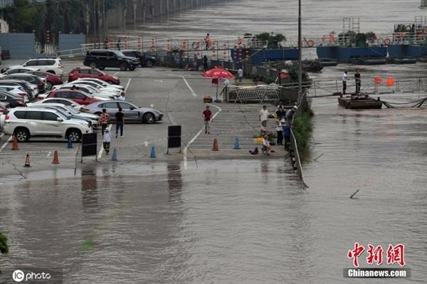 Bãi đỗ xe cạnh bến sông Hải Đường Khê, thành phố Trùng Khánh ngày 02/07. Ảnh: IC photo