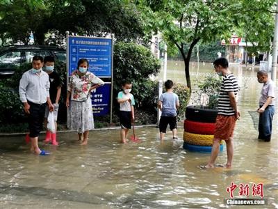 Người dân đã ra đường bắt cá chiều 29/6 tại Vũ Hán. Ảnh: Chinanews.