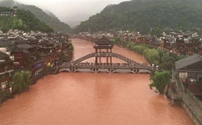 Phượng Hoàng cổ trấn ở thượng nguồn đập Tam Hiệp bị ngập lụt. Ảnh: Taiwan News