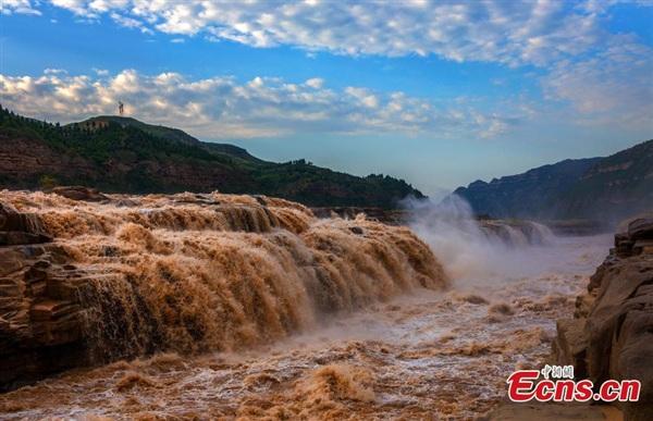 Thác nước vàng lớn nhất thế giới - Hukou vào mùa lũ về. Được biết mực nước đổ về lên tới 1.300 m khối/giây và nhiều gấp 3 lần thông thường. Ảnh: China News