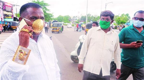 Nhiều người ngạc nhiên khi thấyShankar Kurhade đeo khẩu trang vàng ở chợ.