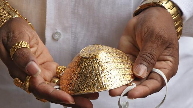Cận cảnh chiếc khẩu trang vàng của doanh nhân Ấn Độ - Ảnh: Reuters