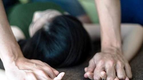 Mẹ tri hô hàng xóm bắt quả tang 'yêu râu xanh' 60 tuổi hiếp dâm con gái - Hình minh họa