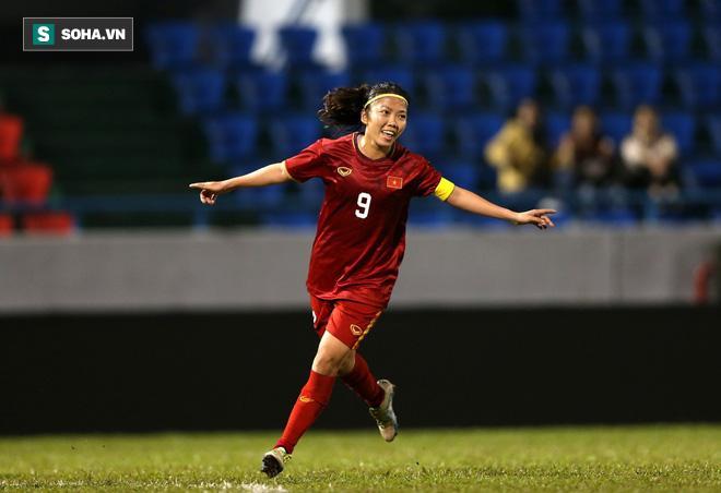 Đội trưởng Huỳnh Như ăn mừng bàn thắng vào lưới Australia.