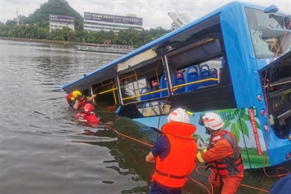 Ít nhất 21 người thiệt mạng và 15 người bị thương sau khi một chiếc xe buýt chở học sinh đi thi đại học lao xuống hồ chứa ở tỉnh Quý Châu. Ảnh: Reuters
